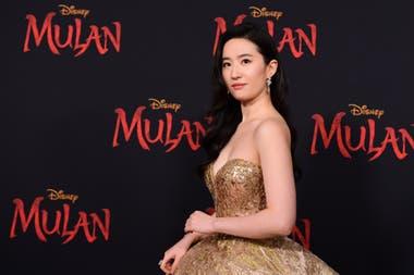 La actriz china Yifei Liu, protagonista de Mulan, fue criticada por defender a la policía de Hong Kong, en medio de las protestas de los prodemocracia