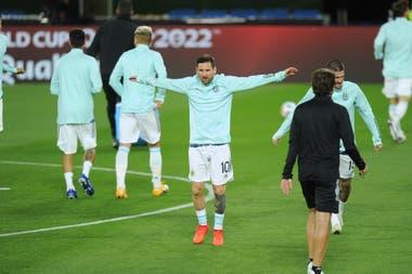 Los jugadores de Argentina en el campo de Juego ya realizan los movimientos precompetitivos