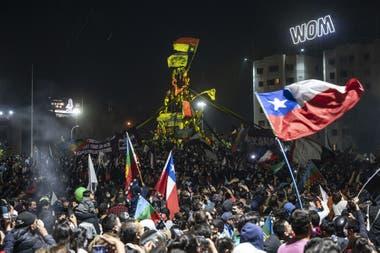 """Festejos en la Plaza Italia tras el triunfo del """"apruebo"""", ayer en Santiago de Chile"""