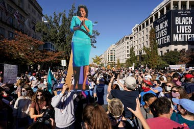 Michelle Obama, presente como una estampa durante una marcha demócrata