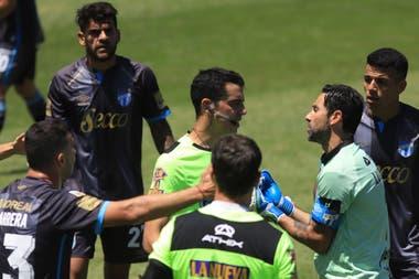 La protesta de los jugadores de Atlético Tucumán sobre el juez del partido. El gol de Arsenal no debió ser convalidado
