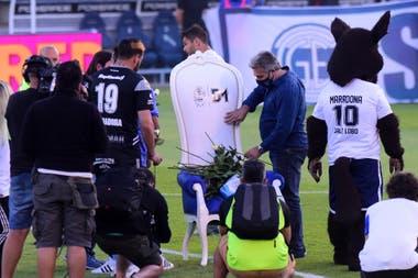 El sillón de Diego Maradona es adornado con claveles, antes del partido.
