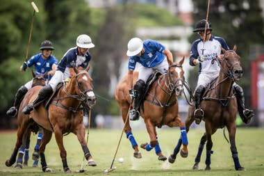 Gonzalo Pieres (h.) avanza atorado por Mac Donough y Stirling.