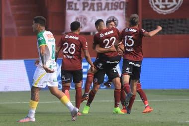 Los jugadores de Lanús festejan el gol convertido por Nicolás Thaller (23), el primero del encuentro frente a Defensa y Justicia por el grupo C de la Zona Complementación de la Copa Diego Armando Maradona.