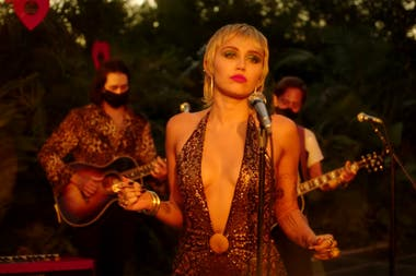 """Miley Cyrus, acústica, desde el """"patio de casa"""" y en plena pandemia"""