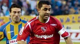 Montenegro se escapa pese a la persecución de Kily González; el delantero fue uno de los mejores en Independiente
