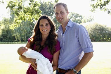 La primera foto oficial de Kate Middleton, el príncipe William y el joven George