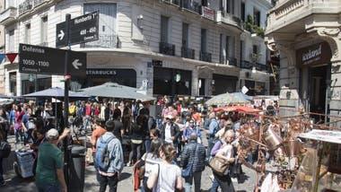 Frente a la tradicional plaza Dorrego, Starbucks y Iceland marcan los nuevos tiempos