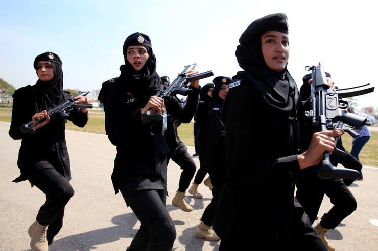 Miembros del comando policial en Islamabad marchan para conmemorar el Día internacional de la Mujer