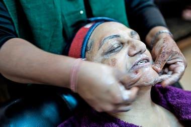 Una mujer se realiza el tratamiento