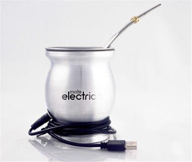 El mate eléctrico se conecta a una fuente de energía vía puerto USB y se mantiene caliente; hay modelos de hasta $2699