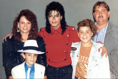 Michael Jackson junto a James Safechuck y su familia