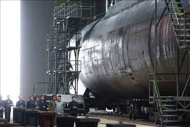 El líder de Corea del Norte, Kim Jong-un, se sacó fotos junto a un submarino nuevo