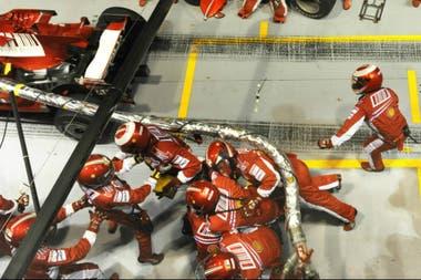 El accidente que protagonizó Felipe Massa: el brasileño arrancó, y una manguera aún conectada arrastró a los mecánicos