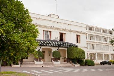 Frente del hotel termal de Rosario de la Frontera.