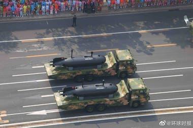 Un par de UUV HSU001 chinos en un desfile militar