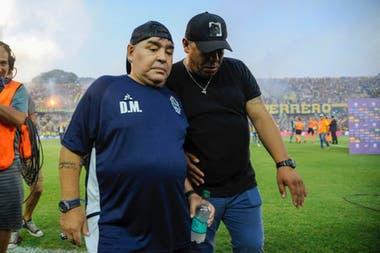 Diego Maradona ingresó al campo del Gigante de Arroyito con algunos aplausos de fondo para él