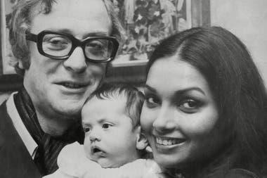 Michael Caine, su mujer Shakira y su beba recién nacida