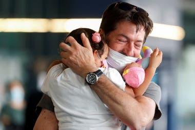 Coronavirus: reencuentros y abrazos en Italia tras la reapertura ...