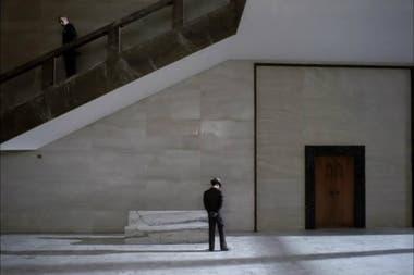 Marcello (Jean-Louis Trintignant) espera en el ministerio fascista