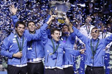 Un momento histórico para el tenis argentino, en 2016, con la conquista de la Copa Davis: aquí, Mayer, Delbonis, Pella, Del Potro y el capitán, Orsanic.