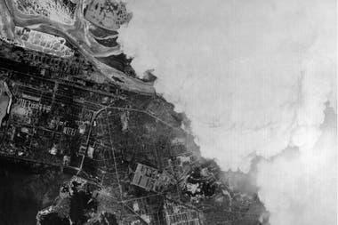 Vista aérea de la ciudad de Hiroshima cuando aun estaba cubierta por el humo que produjo la explosión