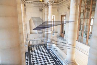 Pintura, aluminio, nylon, computadora, interface: un programa ordena cada uno de los elementos de la obra de Crespín y los transforma en una danza que es dirigida diariamente por instrucciones de motores en el Louvre