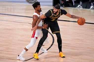 Anthony Davis tiene poca oposición sin Adebayo enfrente; Butler no es de su tamaño y el ala-pivote de Lakers puede puntuar tanto en la llave como en el perímetro.