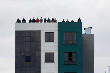Impedidos de asistir al Hernando Siles, hinchas bolivianos observaron la caída de Bolivia contra la Argentina desde edificios cercanos al estadio.