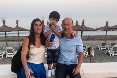 ... Y su hija Carolina, con el pequeño Santino, que viven en Buenos Ares; los afectos de Calderón, en ambas márgenes del océano Atlántico