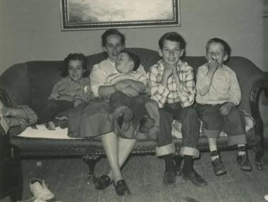 Biden, el mayor de 4 hermanos, junto a su madre
