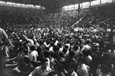 Tras el paseo por Corrientes, el 14 de noviembre Carlos Monzón llegó al Luna Park, donde lo esperaba una multitud