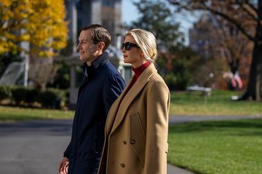 Los asesores principales del presidente Jared Kushner e Ivanka Trump caminan por el jardín sur de la Casa Blanca el 29 de noviembre de 2020 en Washington, DC
