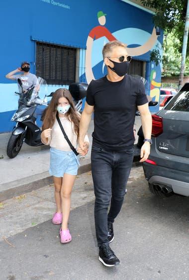 Adrián Suárez, con su hija Margarita, llega al estudio alcalde para saludar a Diva