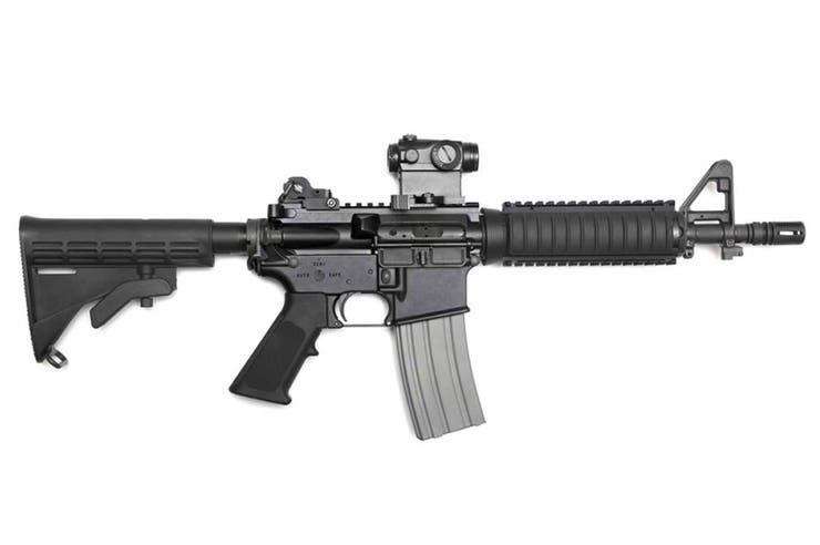 El rifle semiautomático AR-15 es calibre .223 y pesa 4.56 kilogramos