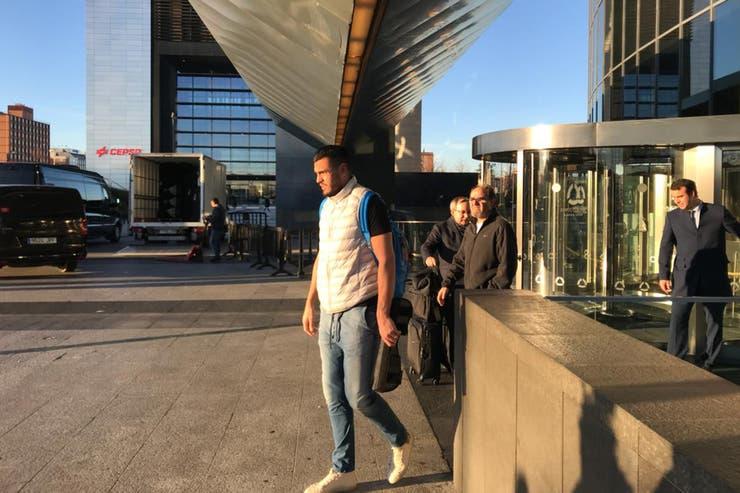 El arquero Sergio Romero deja el hotel de la concentración después de un partido que dejó una huella muy negativa