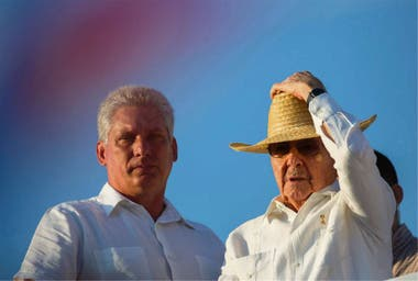 Díaz-Canel (izq.) junto a Raúl Castro, en La Habana