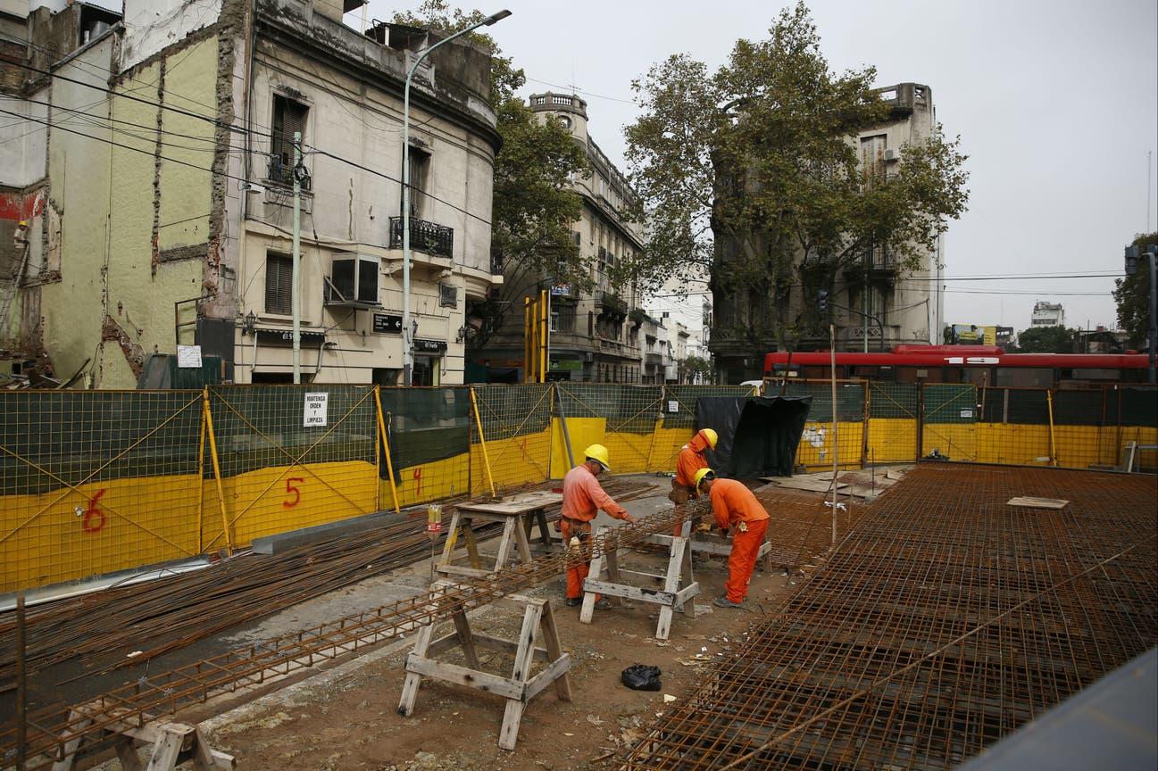 Obreros trabajan en la construcción de la plaza
