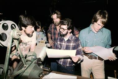 En esta foto están los principales artífices del universo Star Wars. A la izquierda, Richard Edlund, detrás de Lucas se encuentra John Dykstra. A la derecha, un muy joven Joe Johnston, que trabajó en el área de efectos especiales (más adelante, él dirigiría films como Querida encogí a los niños o Ca