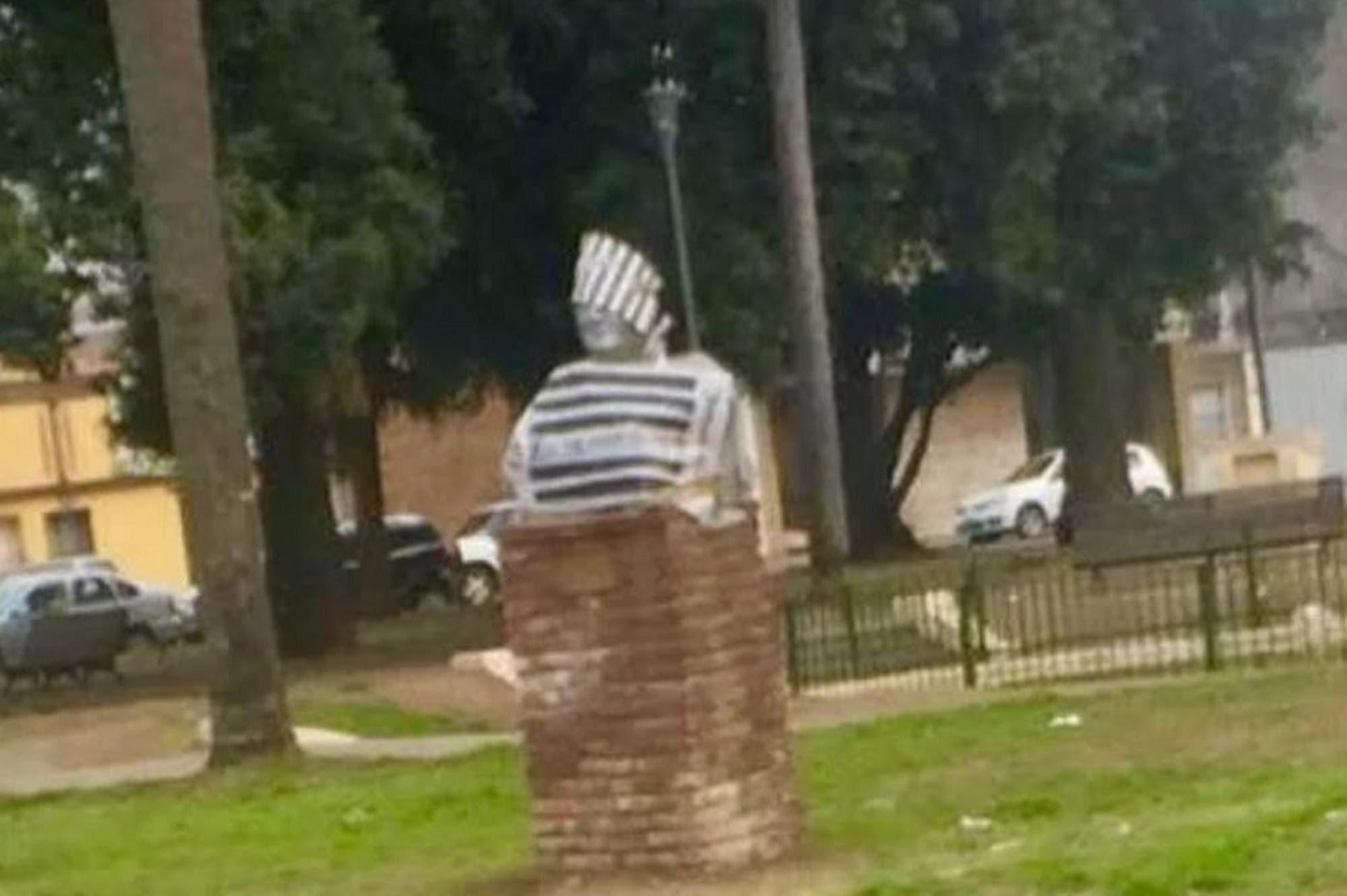 Rosario: le pusieron un traje de preso a un busto de Néstor Kirchner