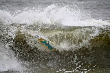 Un surfista se anima a las olas en Long Beach, New York