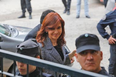 """La expresidenta volvió a Comodoro Py, esta vez para presentarse ante el juez Casanello por la causa conocida como """"la ruta del dinero K"""""""