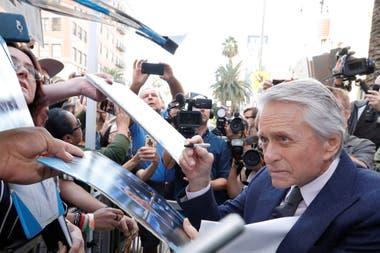 Douglas también se tomó un tiempo para firmar autógrafos y saludar a sus fans