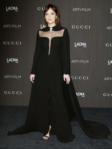Dakota Johnson en la misma velada, bellísima también con diseño de Gucci