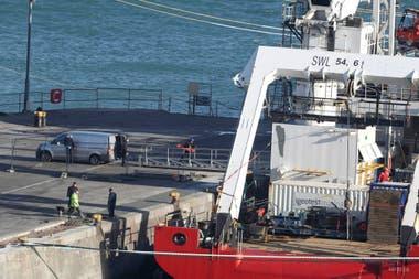 Un cuerpo es transportado del Ocean Geo III a una camioneta, en el puerto de Weymouth, en el Suroeste de Inglaterra