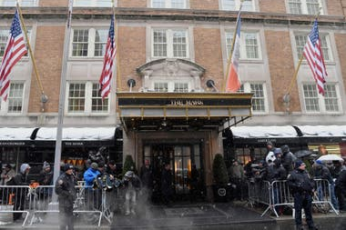 La puerta de The Mark, en el Upper East de Manhattan, repleta de paparazzi.