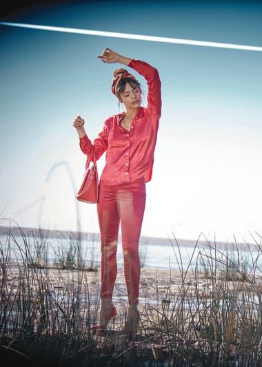 Camisa de seda y pantalón de raso (Paula Cahen dAnvers), stilettos (Aldo para Grimoldi), aros (Uma), cartera de cuero (Blaquè)