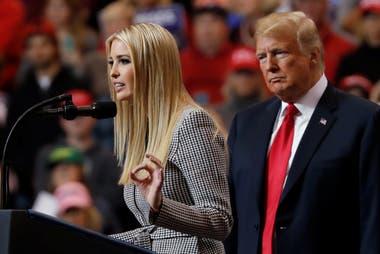 De traje. Junto a su padre durante la campaña, en Cleveland, Ohio,en noviembre 2018.