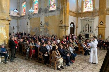 Una misa con la iglesia llena