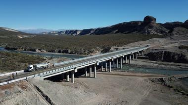 Cuenta con tres nuevos puentes: uno de 200 metros sobre el río Diamante; otro de 150 metros sobre el arroyo Hondo; y uno pequeño a la altura del km 11.120
